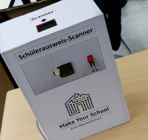 """Ein weißer Automat, auf dem """"Schülerausweis-Scanner"""" steht."""