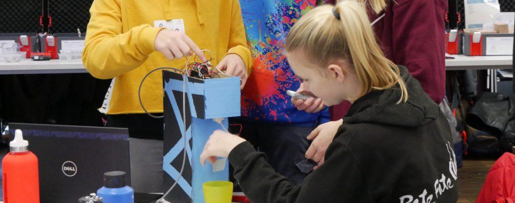 Eine Schülerin testet den Wasserspender, den sie mit ihrem Team während der Hackdays in Bochum gebaut hat.