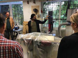 Mehmet vom Makerspace Wiesbanden führt die Lehrerinnen und Lehrer durch den Maker Space und erklärt die Maschinen.