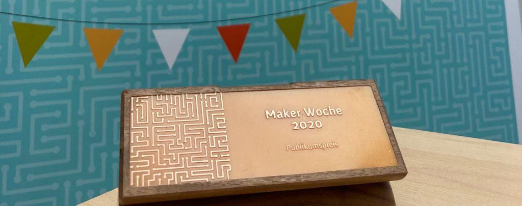 """Auf dem Bild ist eine Trophäe zu erkennen, auf der """"Maker Woche 2020 Publikumsliebling"""" steht."""